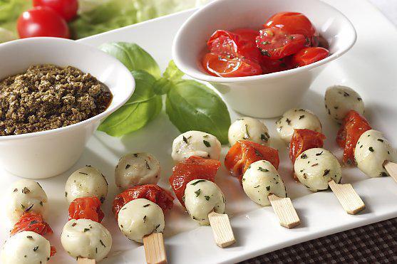 aperitieftomaatjes met basilicum en mozzarela